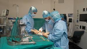 Realizan el primer trasplante de brazos y hombros en Francia